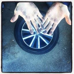 Une femme qui change les pneus
